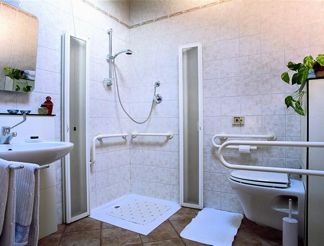Residenza adelaide finale ligure mansarda 04 residenza adelaide - Cucine per disabili ...